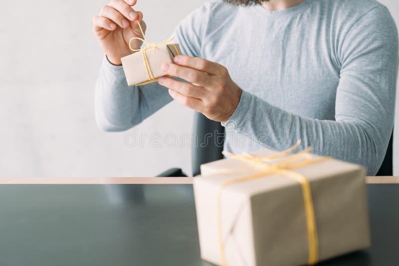 Boîte actuelle déliante d'homme de service de distribution de boutique de cadeaux images stock