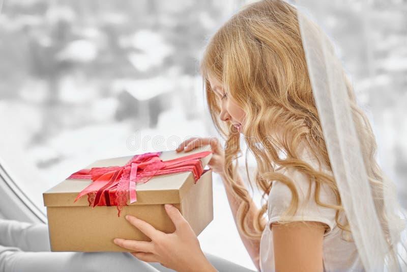 Boîte actuelle de beau de fille métier d'ouverture avec l'arc rouge photos libres de droits