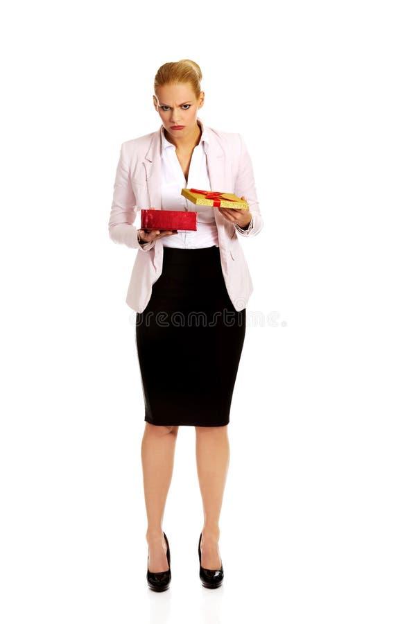 Boîte actuelle s'ouvrante bouleversée de femme d'affaires images stock