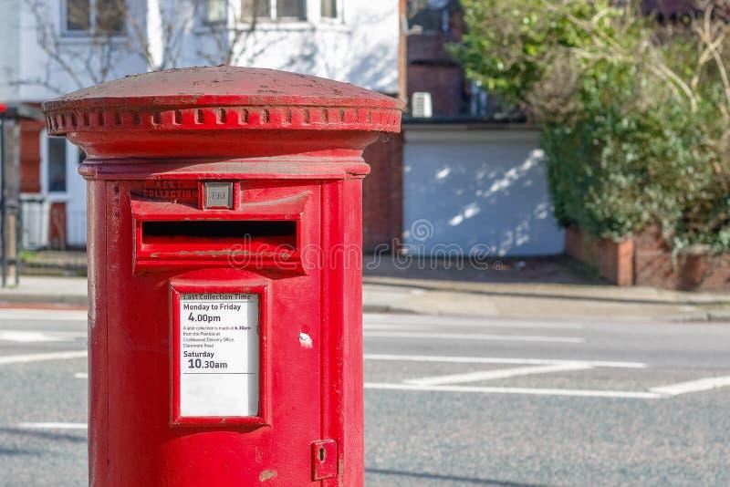 Boîte anglaise rouge iconique de courrier photographie stock