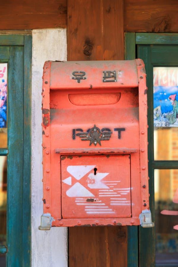 Boîte aux lettres à la vieille rue photographie stock libre de droits