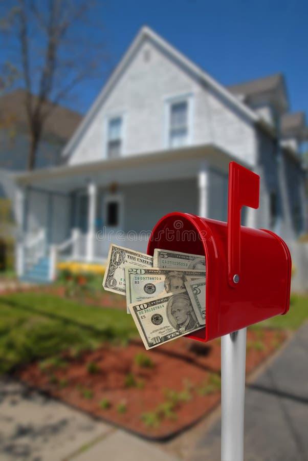 Boîte aux lettres avec de l'argent photo libre de droits