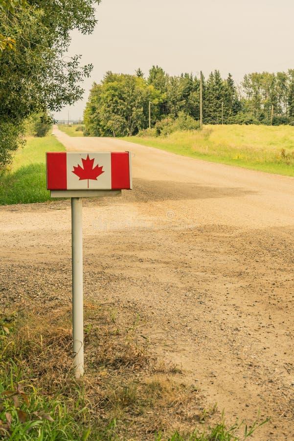 Boîte aux lettres canadienne de drapeau sur la route images libres de droits