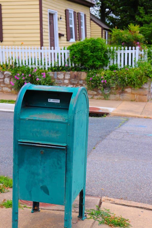 Boîte aux lettres démodée sur le coin de la rue de village photo stock