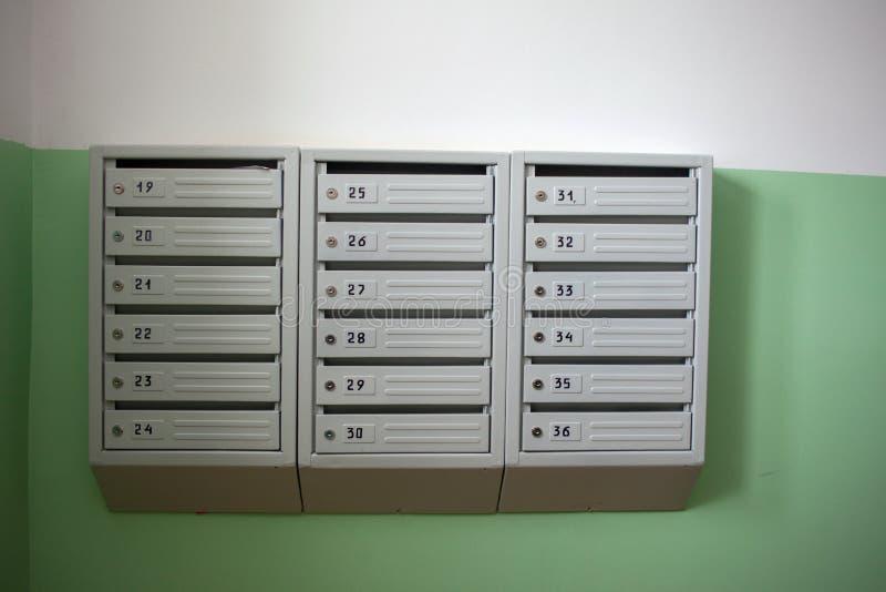 Boîte aux lettres dans le hall d'entrée d'un immeuble photos libres de droits