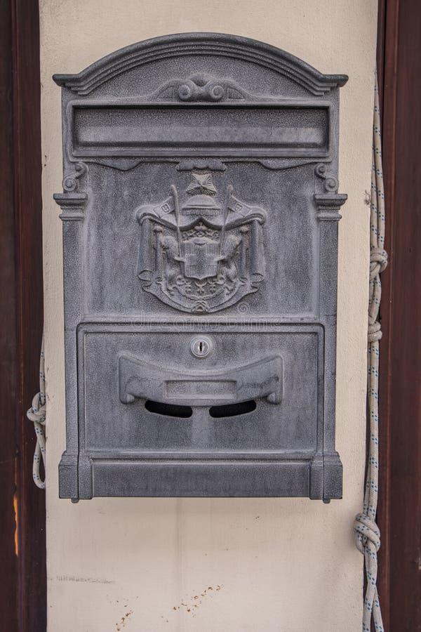 Boîte aux lettres de Chambre en dehors d'une maison images stock