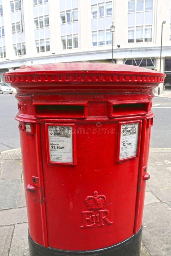 Boîte aux lettres de Londres sur la rue photos libres de droits