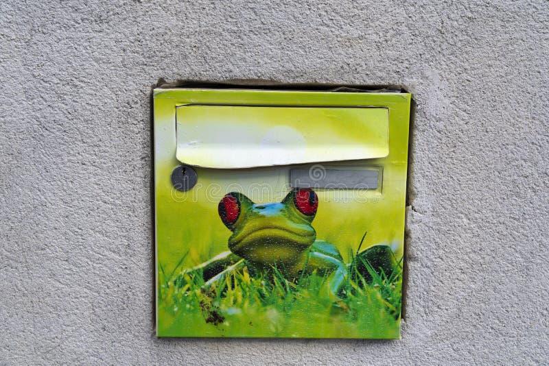 Boîte aux lettres drôle avec la grenouille verte photos stock