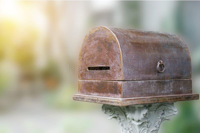 Boîte aux lettres en métal de cru sur le support classique de pilier avec le fond brouillé photos libres de droits