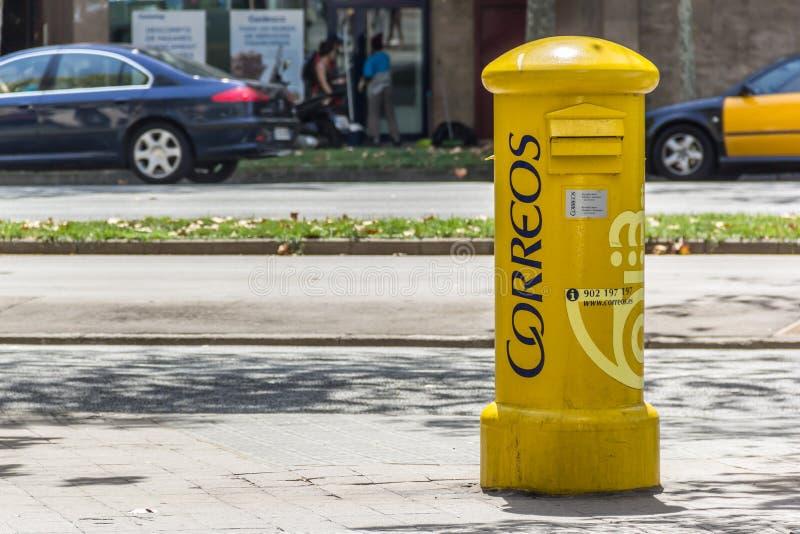 Boîte aux lettres jaune Correos sur la rue images libres de droits