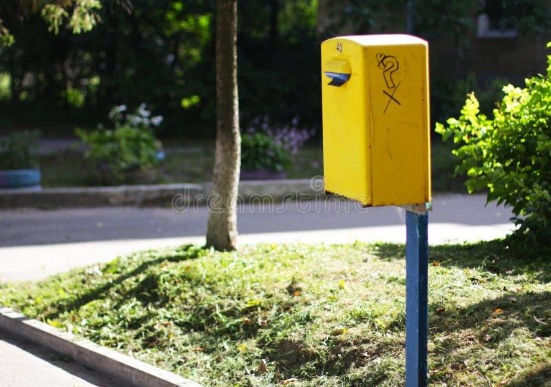 Boîte aux lettres jaune sur la rue de l'URSS image stock