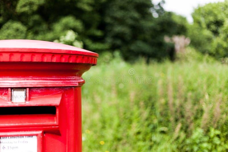 Boîte aux lettres rouge britannique pour recueillir le courrier Boîte aux lettres traditionnelle de rassemblement de courrier photos stock