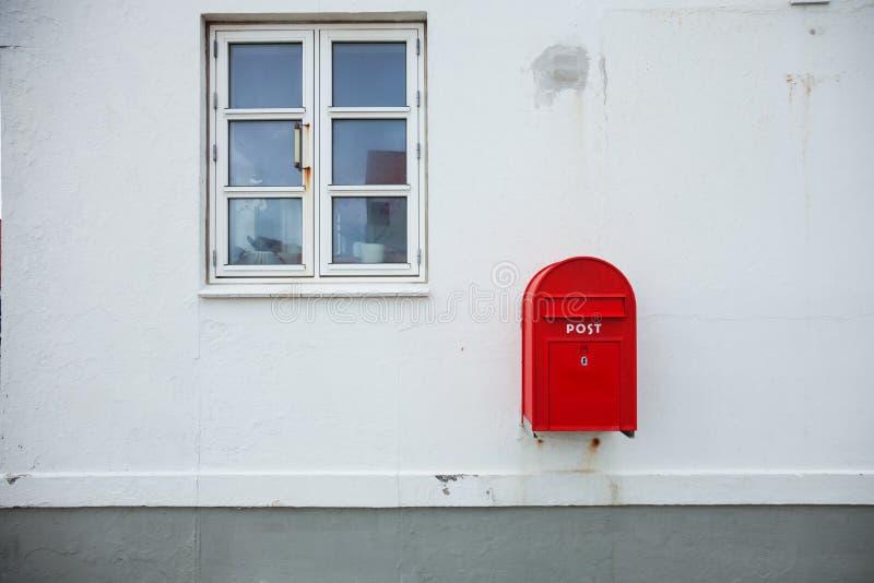 Boîte aux lettres rouge danoise sur le mur image stock