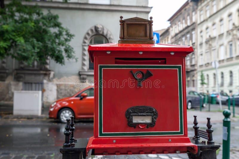 Boîte aux lettres rouge sur la rue de ville en Hongrie photos libres de droits