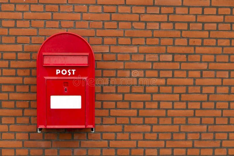 Boîte aux lettres rouge sur le mur en pierre photo libre de droits