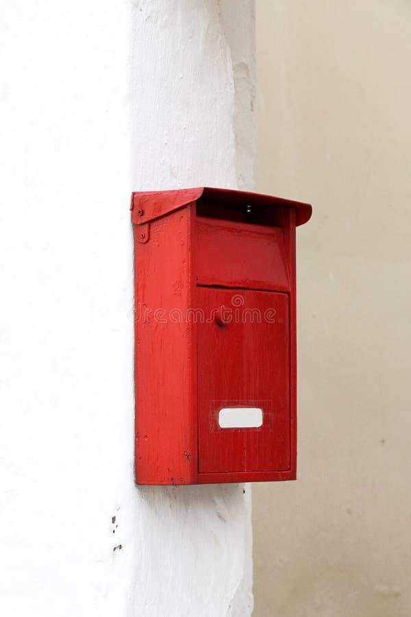 Boîte aux lettres rouge traditionnelle photographie stock libre de droits
