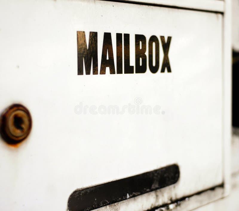 Boîte aux lettres rouillée photo stock