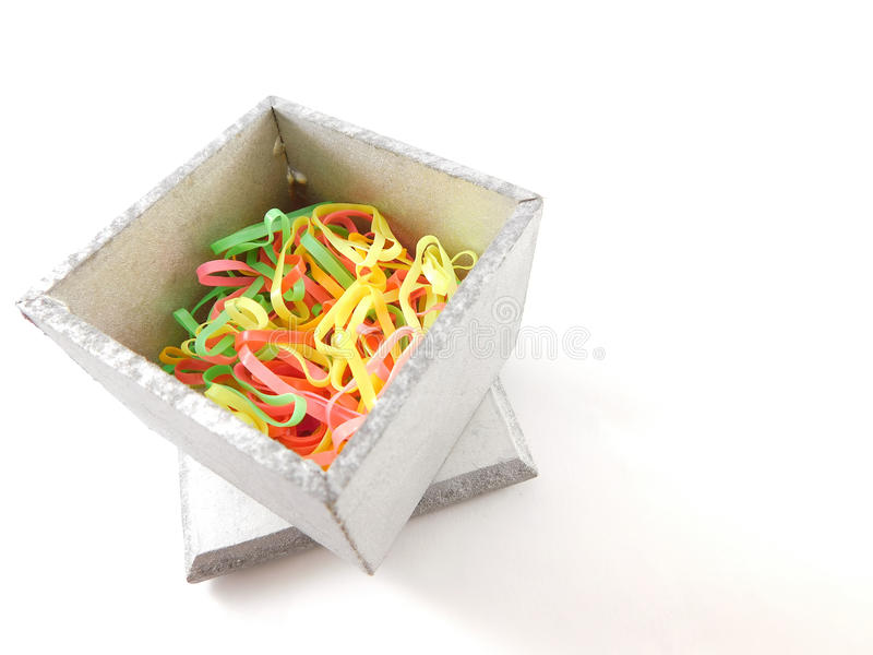 Boîte avec des bandes élastiques à l'intérieur photographie stock libre de droits