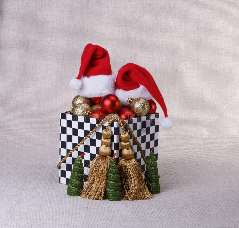 Boîte avec des boules de Noël image libre de droits