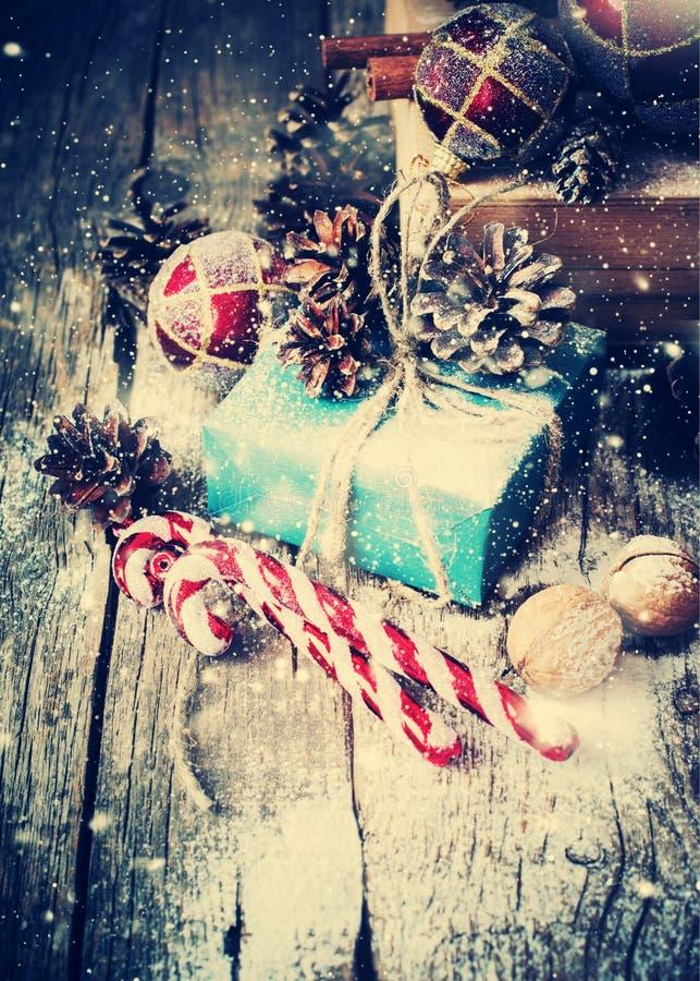 Boîte avec des cadeaux sur le fond en bois Neige tirée image stock