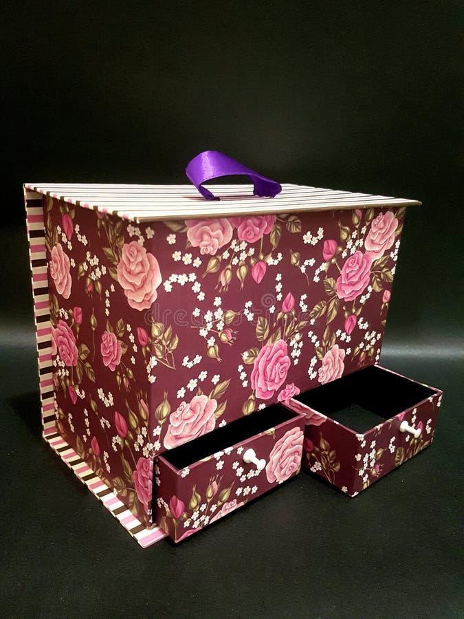 Boîte avec l'ornement mignon de modèle image stock