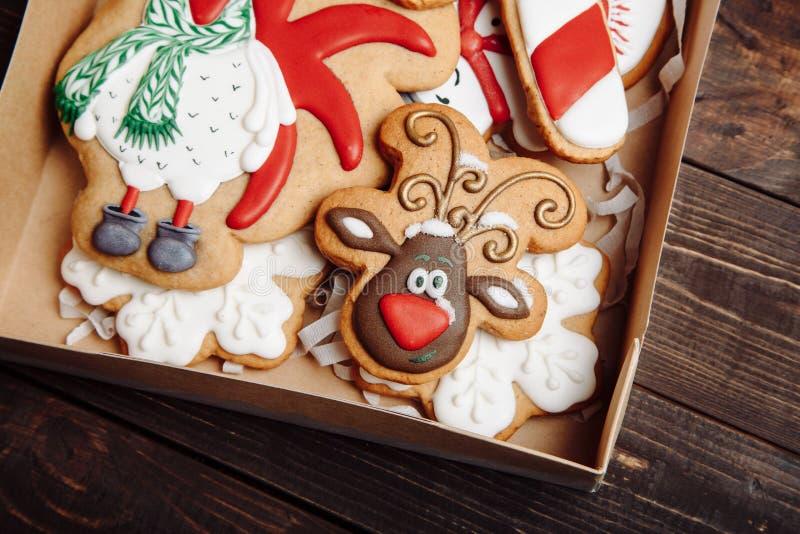 Boîte avec les biscuits faits maison de pain d'épice de Noël photo stock