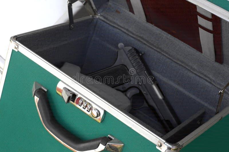 Boîte avec une arme à feu chargée photo libre de droits