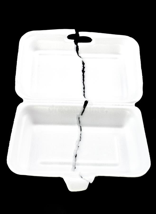 Boîte blanche déchirée de mousse de styrol sur le fond noir photos libres de droits