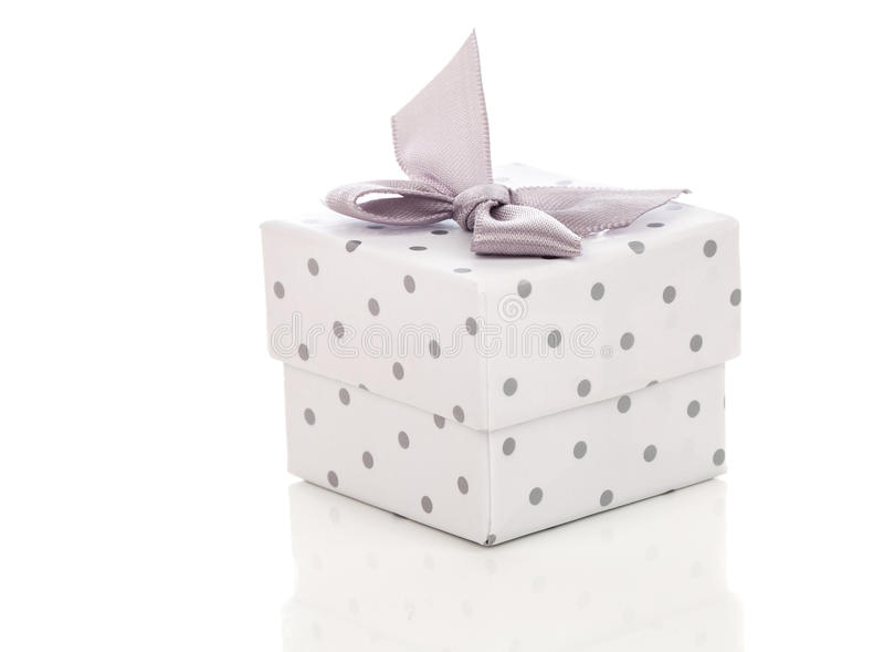Boîte-cadeau actuel avec l'arc de satin photos stock