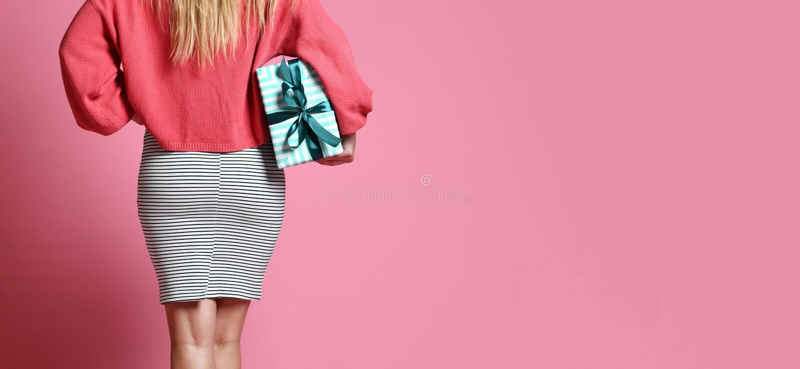 boîte-cadeau actuel de achat de prise de femme de dos derrière la vue Bannière d'achats photographie stock