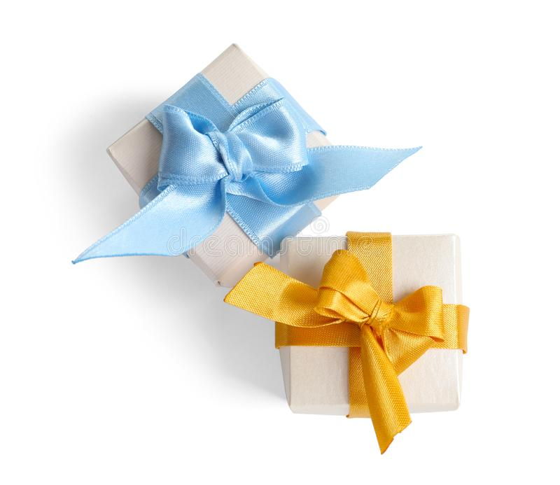 Boîte-cadeau admirablement enveloppés sur le fond blanc photo stock