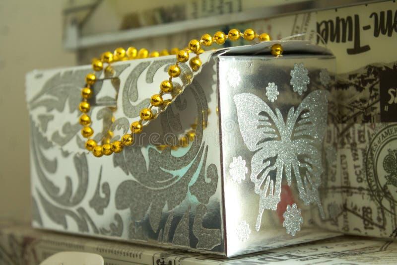 Bo?te-cadeau argent?s avec la poign?e d'or photographie stock libre de droits