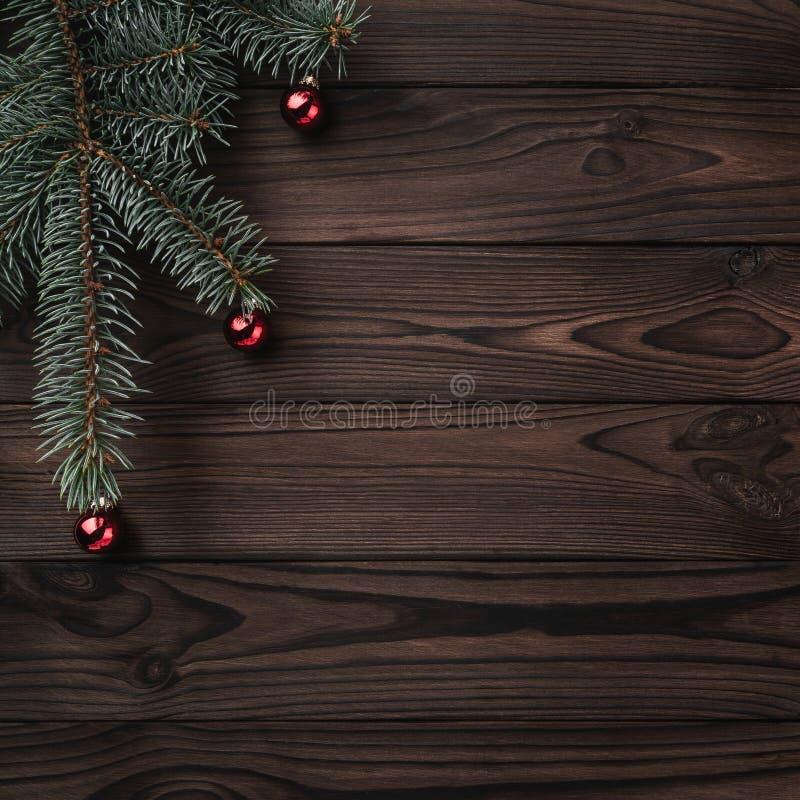 Boîte-cadeau au-dessus de fond en bois foncé Arbre de sapin avec des babioles, l'espace pour le texte Vue supérieure Carte de pla photographie stock