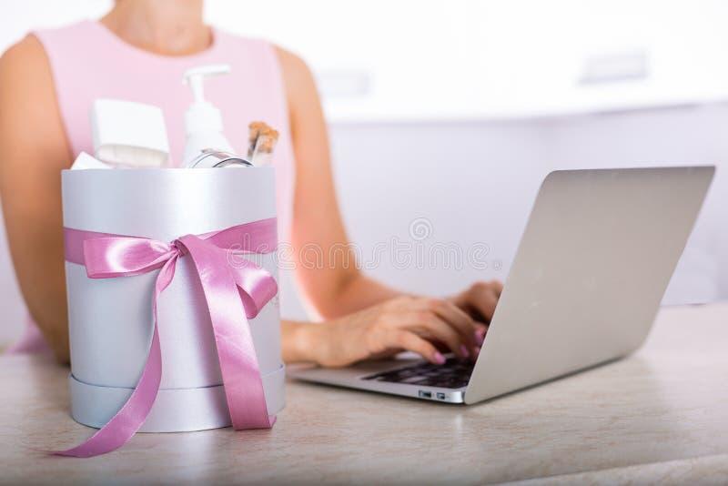 Boîte-cadeau avec des cosmétiques image libre de droits