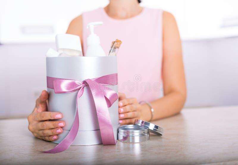 Boîte-cadeau avec des cosmétiques image stock