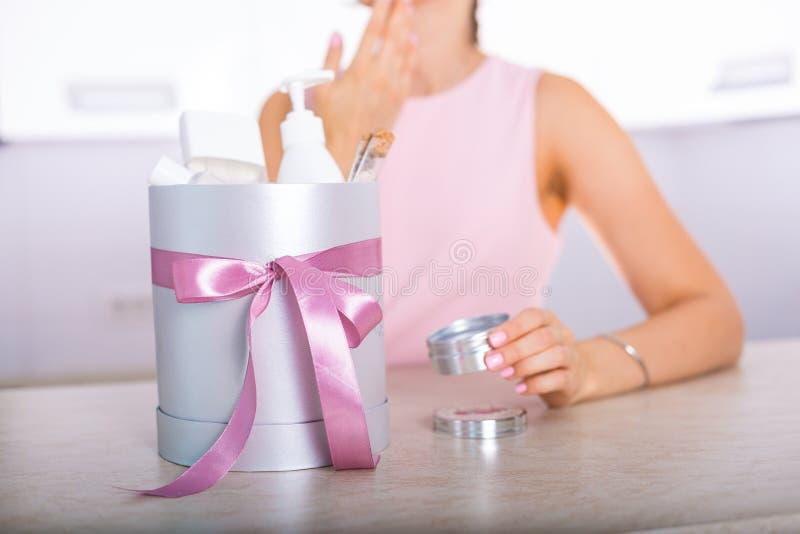 Boîte-cadeau avec des cosmétiques photo libre de droits