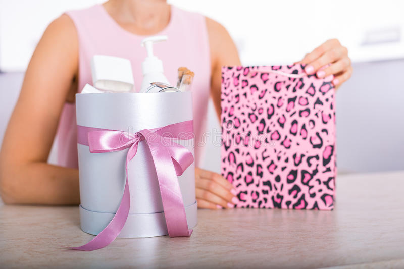 Boîte-cadeau avec des cosmétiques photos stock