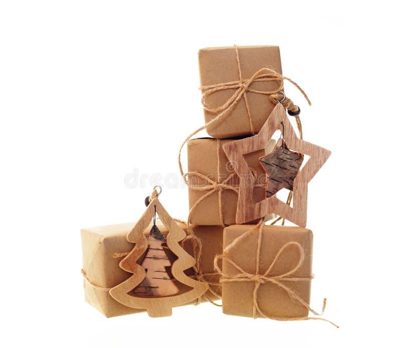 Boîte-cadeau avec des jouets de papier et de Noël d'emballage d'isolement sur le fond blanc photographie stock libre de droits