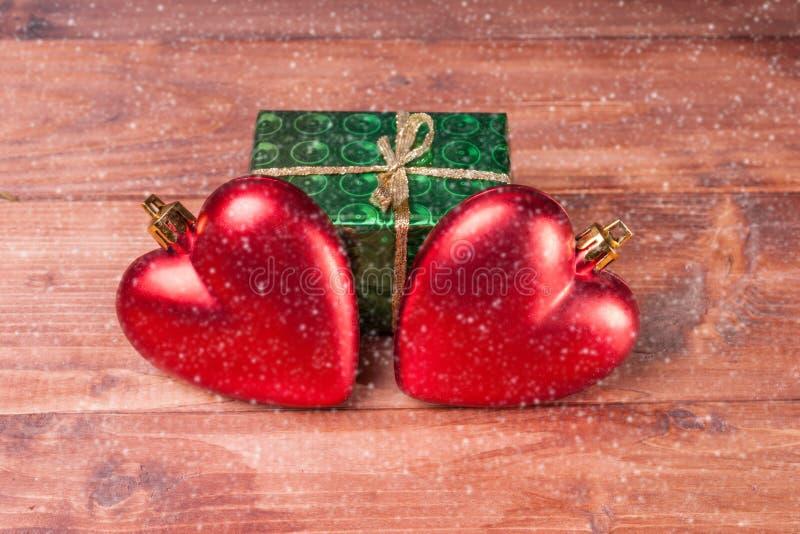 Download Boîte-cadeau Avec Deux Coeurs Rouges - Décorations De Noël Sur Le Fond En Bois Photo stock - Image du cadeau, espace: 77157406