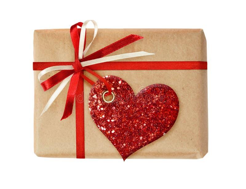 Boîte-cadeau avec l'arc de ruban et le coeur de scintillement photographie stock libre de droits