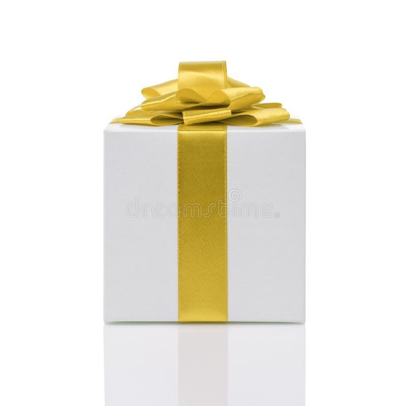 Boîte-cadeau avec l'arc jaune fait main de ruban image libre de droits