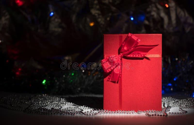 Boîte-cadeau avec l'arc rouge sur le fond abstrait photos libres de droits