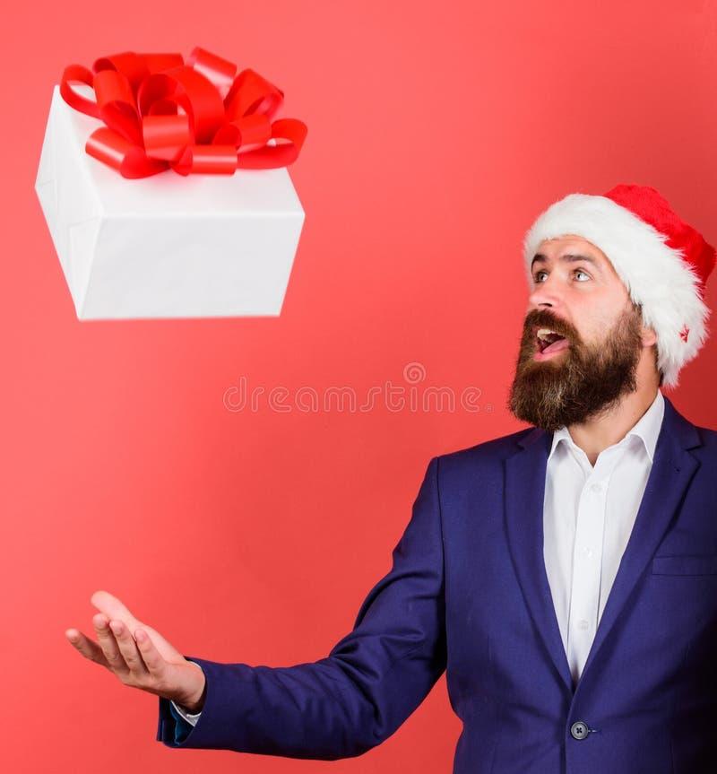 Boîte-cadeau avec la chute de fête d'arc de ruban droite à la main masculine La livraison rapide de cadeau Concept de service de  images stock