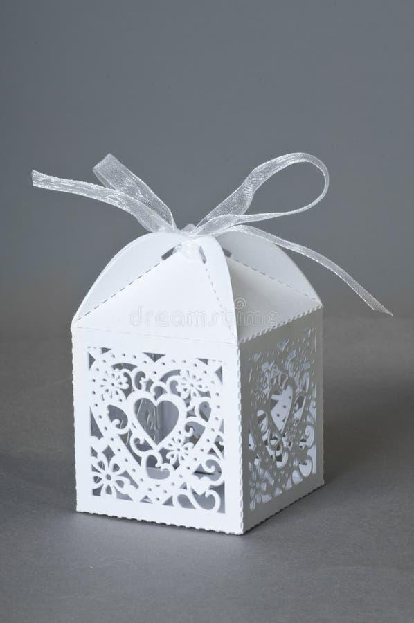 Boîte-cadeau avec le coeur image stock