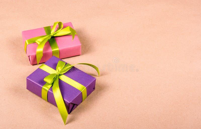 Boîte-cadeau avec le ruban de satin Cadeaux et emballage cadeau Copiez l'espace photographie stock libre de droits