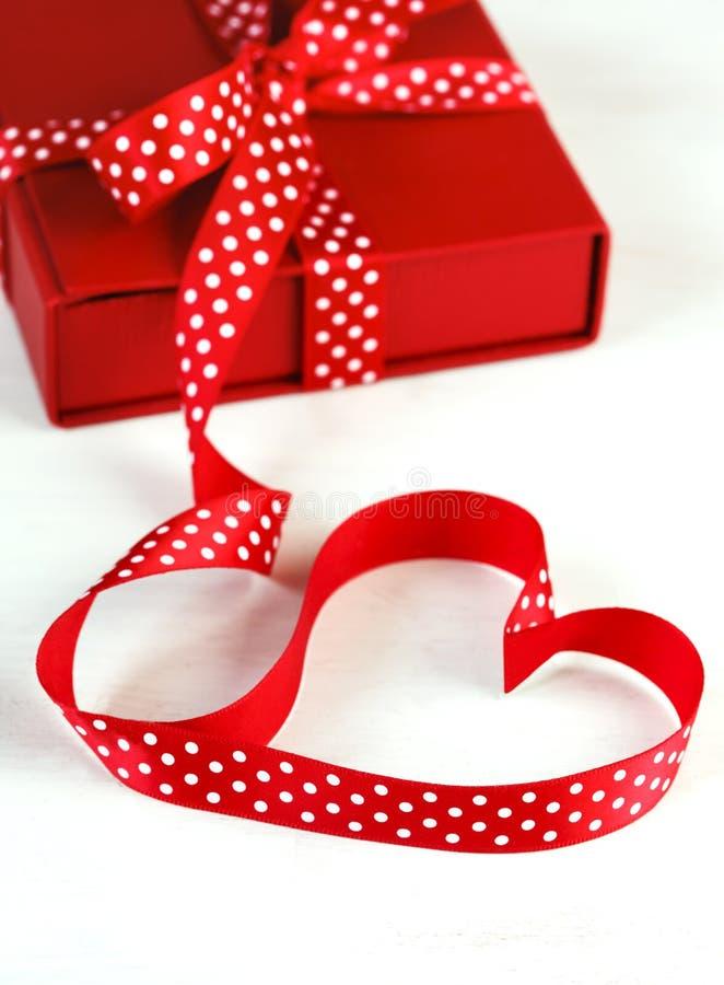 Boîte-cadeau avec le ruban rouge d'arc pour la Saint-Valentin photos stock