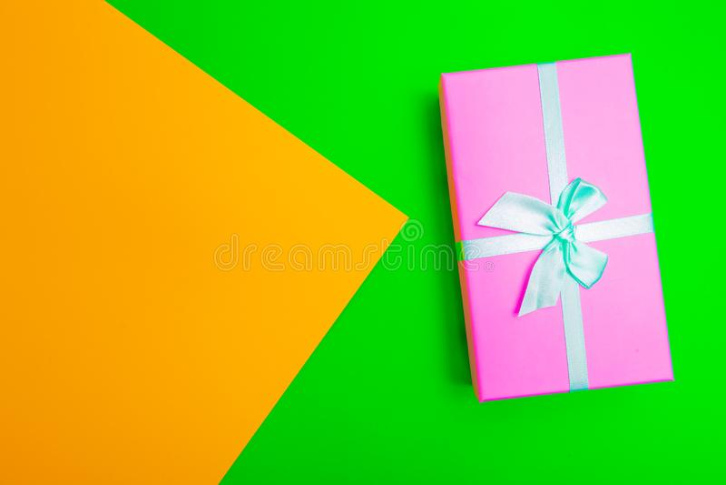 Boîte cadeau avec ruban sur fond coloré vue d'en haut photographie stock