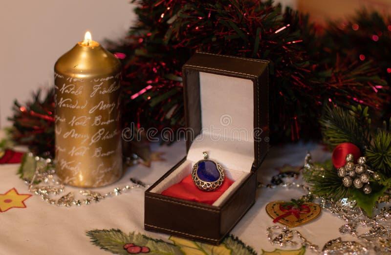 Boîte-cadeau avec un bijou avec la décoration de Noël photos stock