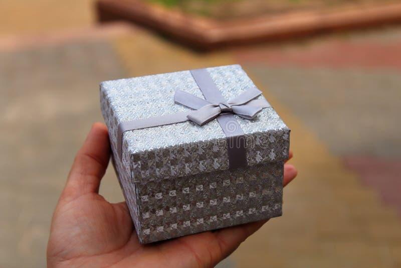 Boîte-cadeau avec un ruban dessus images libres de droits