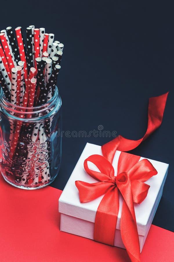 Boîte-cadeau blanc avec le ruban rouge et les pailles de papier images libres de droits